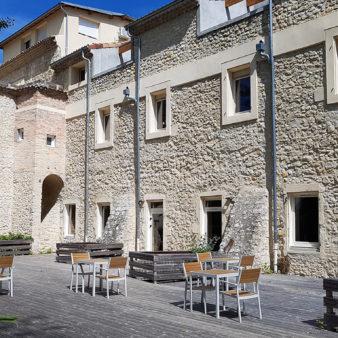 Terrasse ombragée de la résidence closduval Drôme